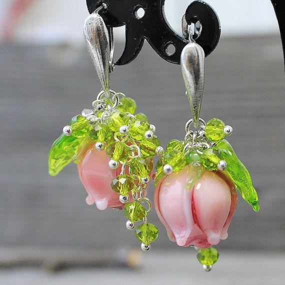 Lampwork rose boucles d'oreilles, boucles d'oreilles fleur de Murano, Murano boucles d'oreilles, boucles d'oreilles fleurs en verre, boucles d'oreilles, boucles d'oreilles fleur  Verre Murano boucles d'oreilles avec des beaux boutons de roses.  Chaque perle lampwork rose fleurs - perles sont faites main.  Tous les composants de Murano boucles doreilles fleurs sont en laiton, plaqué argent de couverture. La taille de Murano floral perles 35 x 20 mm Boucles d'oreilles mesurent environ 50 mm…