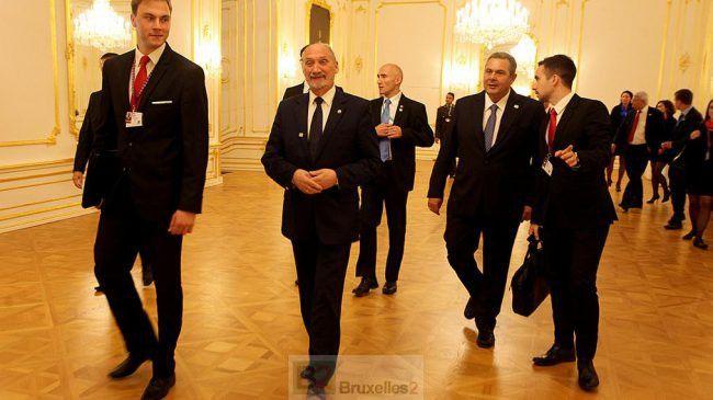 Urocza historyjka o tym jak to /ocenzurowano/ OSOBNIK zwany również ministrem obrony dał nogę ze spotkania ministrów obrony UE w Bratysławie praktycznie zanim się zaczęło. Zadbał nawet o zabranie ze sobą tabliczki z napisem POLAND (co uznano za mocny gest polityczny) aby nie poszły w świat zdjęcia pustego krzesła. Nie zastąpił go, wbrew zwyczajom, żaden wysoki urzędnik ministerstwa..../El..D./
