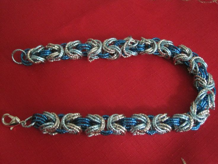 Collana a catena, lavorazione Chanel con anelli in alluminio di colore turchese, blu elettrico e argento. Chiusura a moschettone argentato.