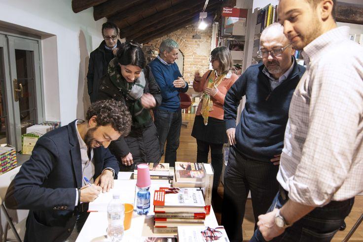 """Alcuni scatti della presentazione alla Ub!k di Como de """"Il passato è una bestia feroce"""" di Massimo Polidoro (foto di Roberta Baria). Il momento del firmacopie."""