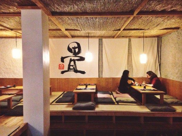"""The Tatami Room. Carrer del Poeta Cabanyes, 19, 08004 Barcelona. T933 29 67 40. El Tatami Room abre a finales de 2010 en Poble Sec como un izakaya japonés especializado en """"tapas japonesas"""" (aperitivos, fideos salteados, etc). 4 años más tarde, se adentran en el mundo de los ramen, creando unas sopas cremosas que te …"""