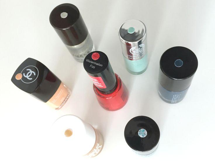 Nagellak opbergen? Eerst labelen! Nagellak kopen kan best verslavend zijn met alle verschillende kleuren, glitters en structuren die er tegenwoordig verkrijgbaar zijn. Maar vervolgens zit je met een lade vol met zwarte doppen en kun je niet snel meer een potje rode of grijze nagellak vinden. Met een simpel systeem voor nagellak opbergen weet je altijd snel je favoriete potjes te vinden.