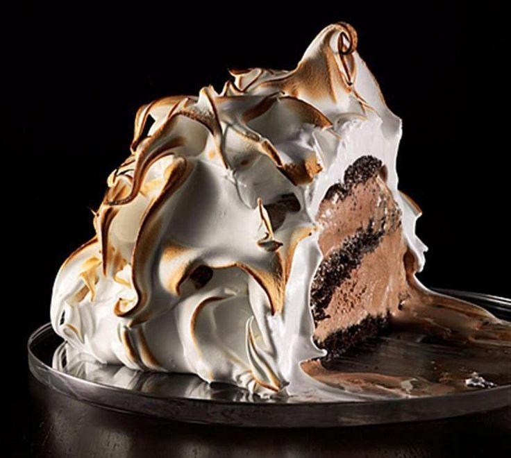 Хочу сегодня поделиться удивительным рецептом -торт с мороженым. Получается два в одном - торт и мороженое! Торт с мороженым посыпать сахарной пудрой.