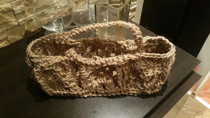Koszyk ze sznurka zrobiony na szydełku
