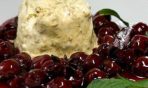 Lafer's Kürbiskernparfait mit Kirschkompott