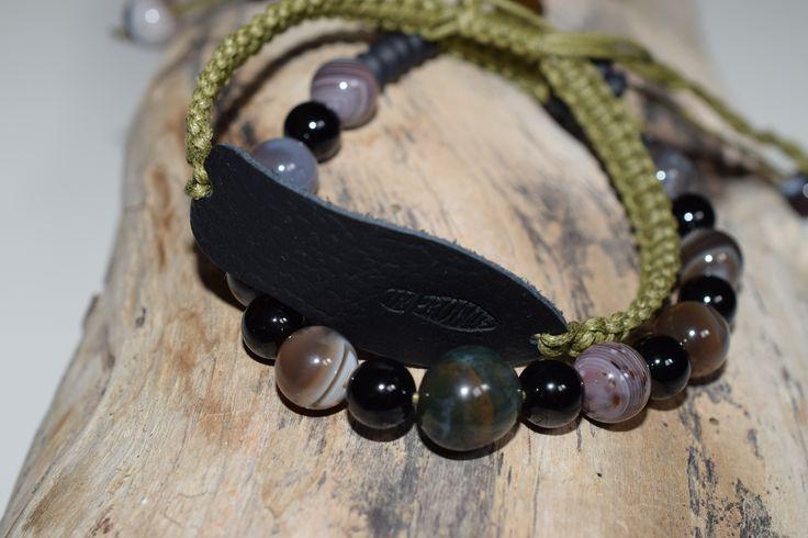 Náramkový set OLIVA-Náramek s minerály Achát mechový, Onyx lesklý a Onyx disk, se zapínáním šambala v tmavě zelené barvě. Dozdoben šperkem z klenotnické dílny ve tvaru stopy z mosazi. Druhý tmavě zelený s černou koženou stopou Impronte velikosti 5,5 cm dozdoben minerály - matný Onyx disk.