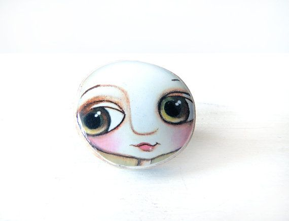 Big ring with little child big eyes. Every jewel have a meaning. This is: You can.