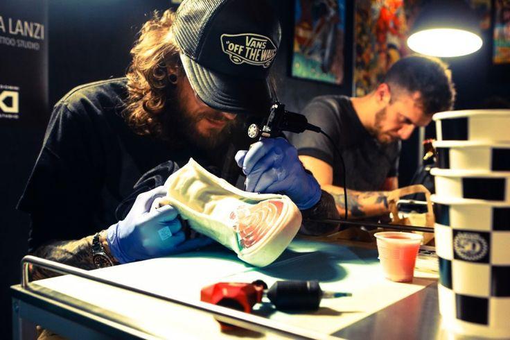 Milano Tattoo Convention – in programma dal 3 al 5 febbraio 2017 presso Fiera Milano City – svela un format innovativo e mostra le opere più rappresentative delle passate edizioni realizzate da tatuatori di fama internazionale. Vanstorna allaMilano Tattoo Conventioncon'Vans Ink Art', la prima mostra …