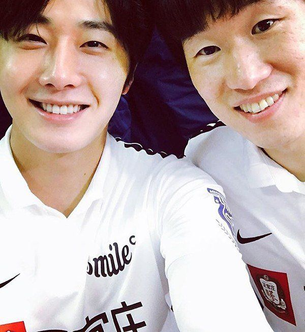 Actor Jeong Il-woo met Park Ji-sung. He posted a picture with him on Instagram. Jeong Il-woo is smiling at the camera and so is soccer player Park Ji-sung. They are both wearing the same soccer uniforms.