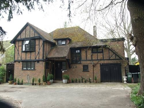 Yew Tree Guest House Horley A 5-minute drive from London Gatwick Airport, Yew Tree Guest House provides well-appointed rooms and a continental breakfast. Just 2 minutes? walk from Horley town centre, this guest house offers free WiFi.