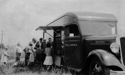 Les bibliothèques publiques ont existé depuis au moins 1905, lorsque Marie Titcomb, un bibliothécaire Maryland, utilisé un chariot tiré par des chevaux comme une bibliothèque sur roues. La monnaie du mot bibliobus de se référer à ces bibliothèques mobiles, cependant, est un développement ultérieur.