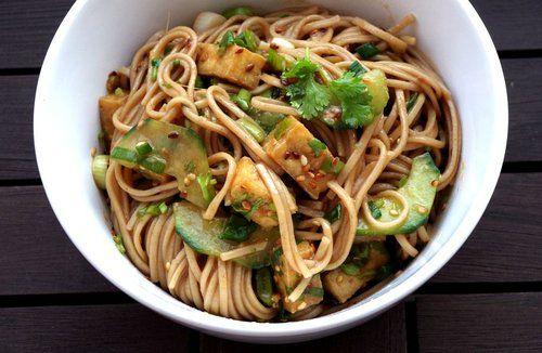 Sommersalat : Zu jeder Tageszeit eine gute Idee: japanischer Soba-Nudel-Salat