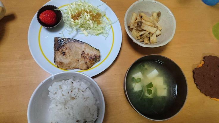 1月8日夕飯。ぶり西京焼き。長芋としめじ炒め。豆苗と豆腐の味噌汁。