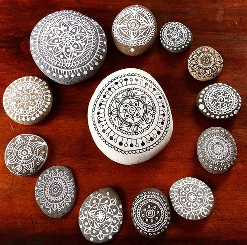Love these mandala designs on pebbles! What a cool idea. Link goes to New Zealand artist, Maria Mercedes' blog, where you can find information on the pens and inks she used. #art