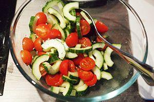 Frisse Italiaanse brood salade met komkommer en tomaatjes