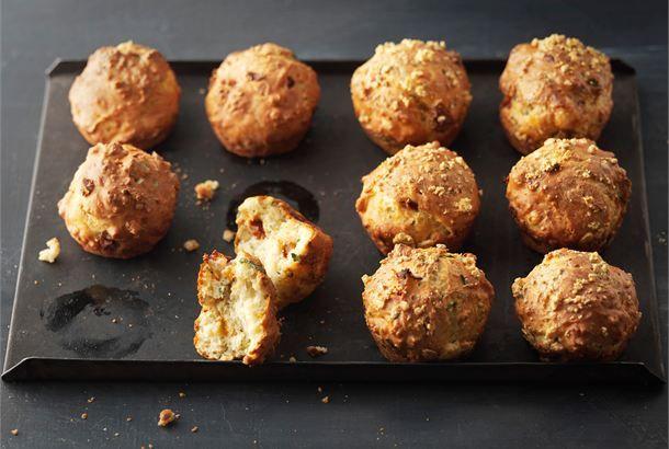 Juusto-tomaattimuffinit ✦ Suolaiset muffinit ovat kiireisen leipojan suosikkeja. Ne maistuvat väli- tai iltapalaksi. http://www.valio.fi/reseptit/juusto-tomaattimuffinit/