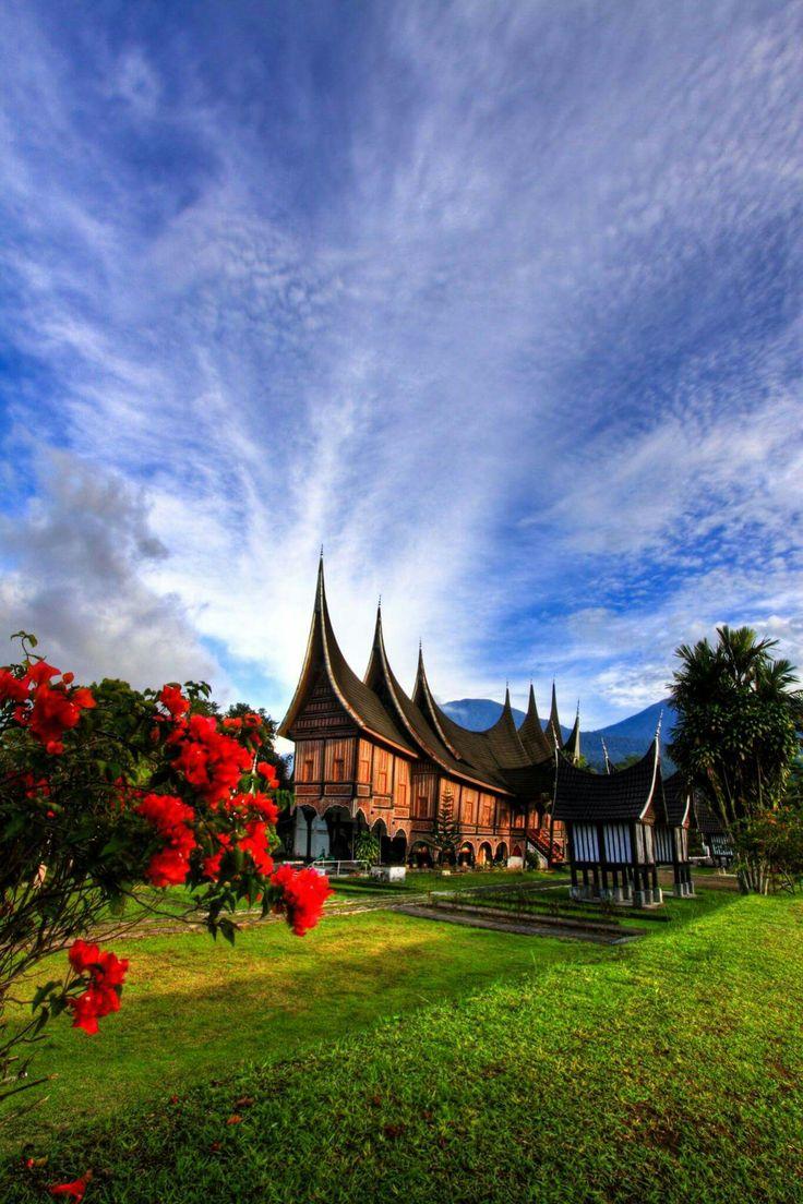 Als je naar Sumatra reist, dan mag een bezoek aan de Minangkabau cultuur niet onbreken, in die dorpjes zie je dan deze typische huizen. Je ziet deze huizen met name rondom Bukittinggi. /Minangkabau_bukittinggi