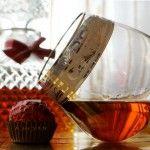 Домашний коньяк из водки + Напиток «Амаретто» домашний коньяк из водки.  Для этого нам потребуется: водка 0,5 л, кипяченая горячая вода 300 г, растворимое кофе 3 ч. ложки, лимон или зеленый лайм, сахар 0,75 стакана, щепотка ванилина. Напиток «Амаретто»  Для приготовления напитка берем: растворимое кофе 2 ч. ложки, сахар 200 г, стакан воды, сок лимона (можно 2 ч. ложки лимонной кислоты), ванилин ¼ ч. ложки, 250 г коньяка.