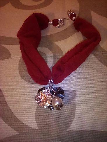 """Collana """"Sparkling Red"""" - Seta rossa e lavorazione in filo in alluminio argento e ciondoli in metallo battuto/ Le Gioie di Ro'"""