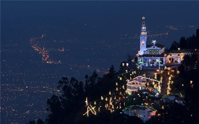 Monte iluminado en la noche colombiana.