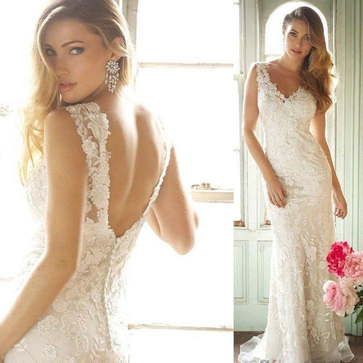 Prachtige trouwjurk van kant met mooie halslijn en open rug