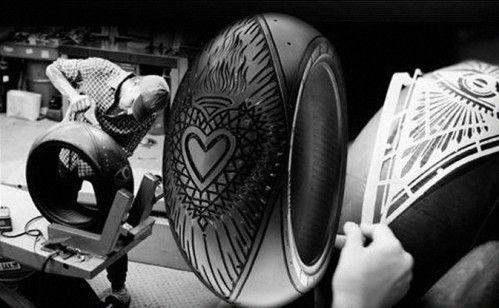 Gravure sur pneu Pirelli du tatoueur Scott Campbell