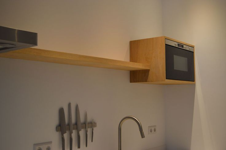 Massief zwevende eiken keuken plank en magnetron ombouw voor een klant op maat gemaakt.