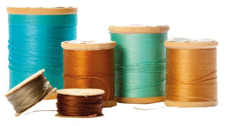 We geven je voortaan iedere week een 'sewing hack'. Een sewing hack is een super simpele truc om nóg plezieriger aan de slag te gaan met je naaiwerk.Sewing hack #1 Dat gepiel met de draad door het oogje van de naald te krijgen kennen we allemaal. Soms tot frustratie aan toe. Deze sewing hack is daar een hele fijne voor! Dit is namelijk een super eenvoudige truc om een naald te rijgen: gebruik een beetje haarlak op het puntje van de draad voordat je de naald gaat inrijgen. Super eenvoudig en…