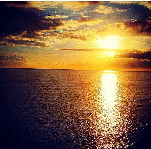 Det siges at den smukkeste solnedgang skal opleves fra Santorini, men det ved jeg ikke helt om jeg er enig i. Her er en af mange fine solnedgange i Puerto Rico, Gran Canaria. www.apollorejser.dk/rejser/europa/spanien/de-kanariske-oer/gran-canaria