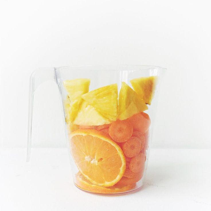 alguna vez os han recetado recomendado incitado a comprar multivitamínicos en forma de cápsulas polvos o gominolas?  cuántas veces te han dicho que vayas a la frutería verdulería a por alimentos naturales cargados de nutrientes esenciales? antes de tomar suplementación infórmate sobre todas las opciones naturales que existen... como este #mimimeals piña  zanahoria  naranja  agave  #recetasmágicas #elpoderdelasfarmacéuticas by miriamalbero