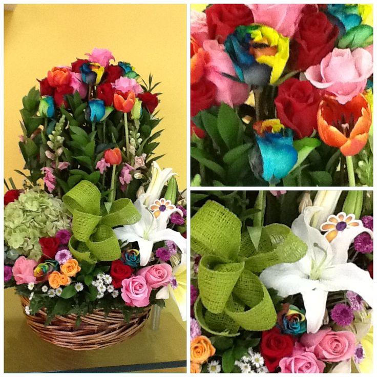 Estas bellas Rosas Arcoiris las podrás encontrar en Global Sunflower, tu floristería en Panamá