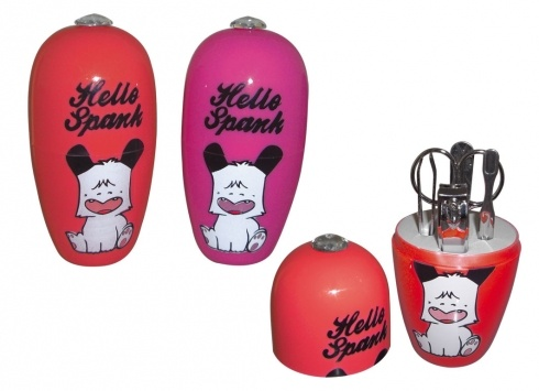 HELLO SPANK OVETTO SET MANICURE  Ovetto in plastica Hello Spank con all'interno set manicure cosi composto: pinzette per sopracciglia, tagliaunghie, forbicine, lima per unghie e spingi cuticole.