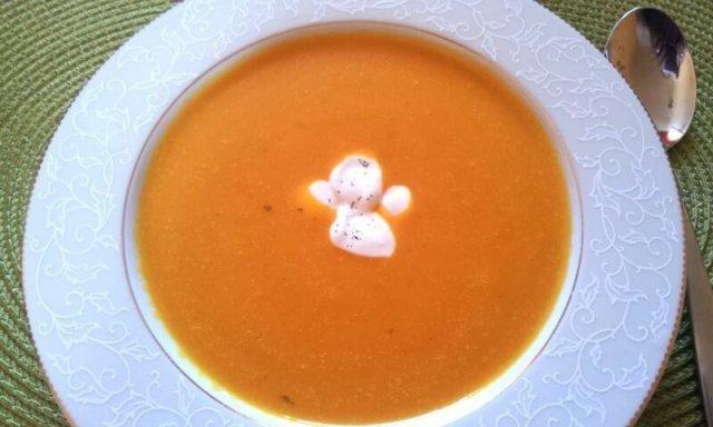Das perfekte Hokkaido-Suppe mit Ingwer und Kokosmilch-Rezept mit einfacher Schritt-für-Schritt-Anleitung: Den Kürbis entkernen, schälen und klein…