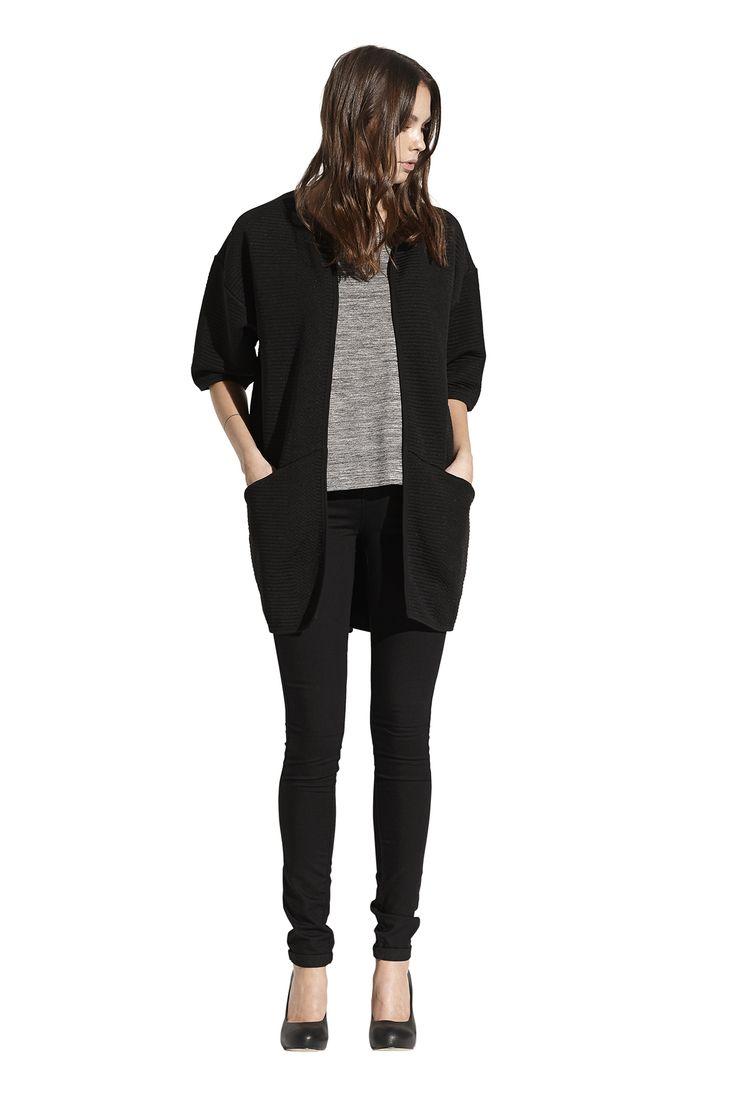 Flot tee, Florencia jersey kimono og Ella slim pant. Køb det på http://www.blackswanfashion.dk/ Flot tee, Florencia jersey kimono and Ella slim pant. Buy it on http://www.blackswanfashion.com/ #blackkimono #croceffectkimono #perfectkimono #amazingkimono #greymelangetop #chestpocket #basictop #keepitcasual #flottop #slimjeans #blackjeans #nicejeans