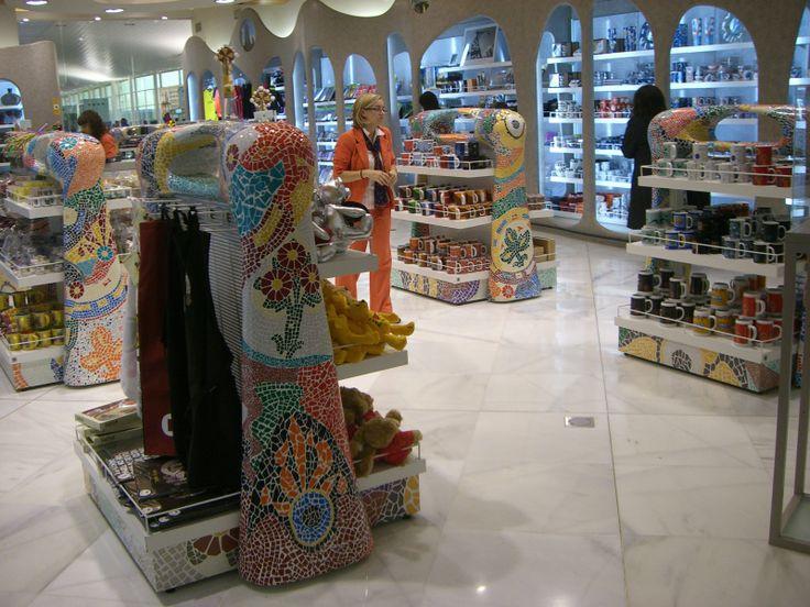 Mobiliario estilo Gaudí en Aeropuerto Barcelona