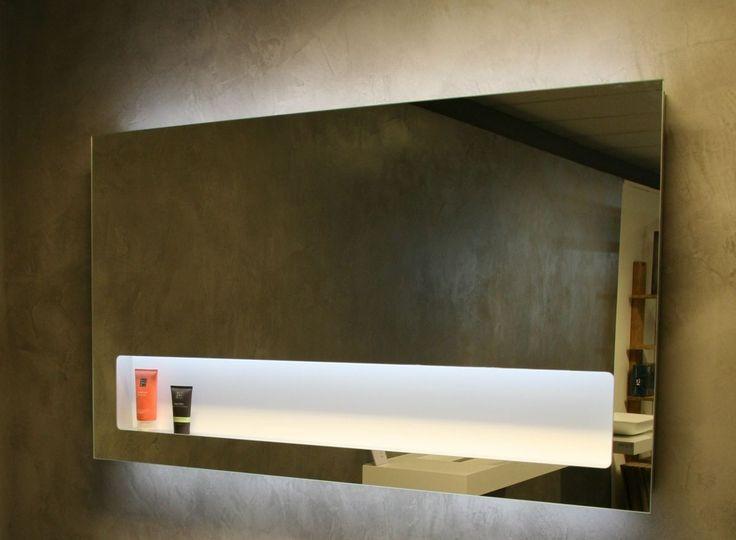 Spiegel op aluminium kader met geïntegreerde planchet, stopcontact en LED verlichting aan de boven-, onder- en binnenzijde. Aan/uit en dimfunctie aan de rechter binnenzijde van de planchet via bewegingssensor.  De planchet is 17cm open, maar loopt achter de spiegel door tot 30cm hoog. U kunt dus gewoon hoge potjes of een electrische tandeborstel plaatsen.  Hoogte 80cm Breedte 60,70,80,100,120 & 140 Diepte 8cm   60x80 €645,- 70x80 €666,- 80x80 €681,- 90x80 €718,- 100x80 €735,- 120x80…