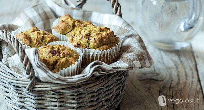 Questi muffin vegan zucchine e pomodori secchi sono sfiziosi! Dei muffin salatai perfetti con una maionese vegan senza uova
