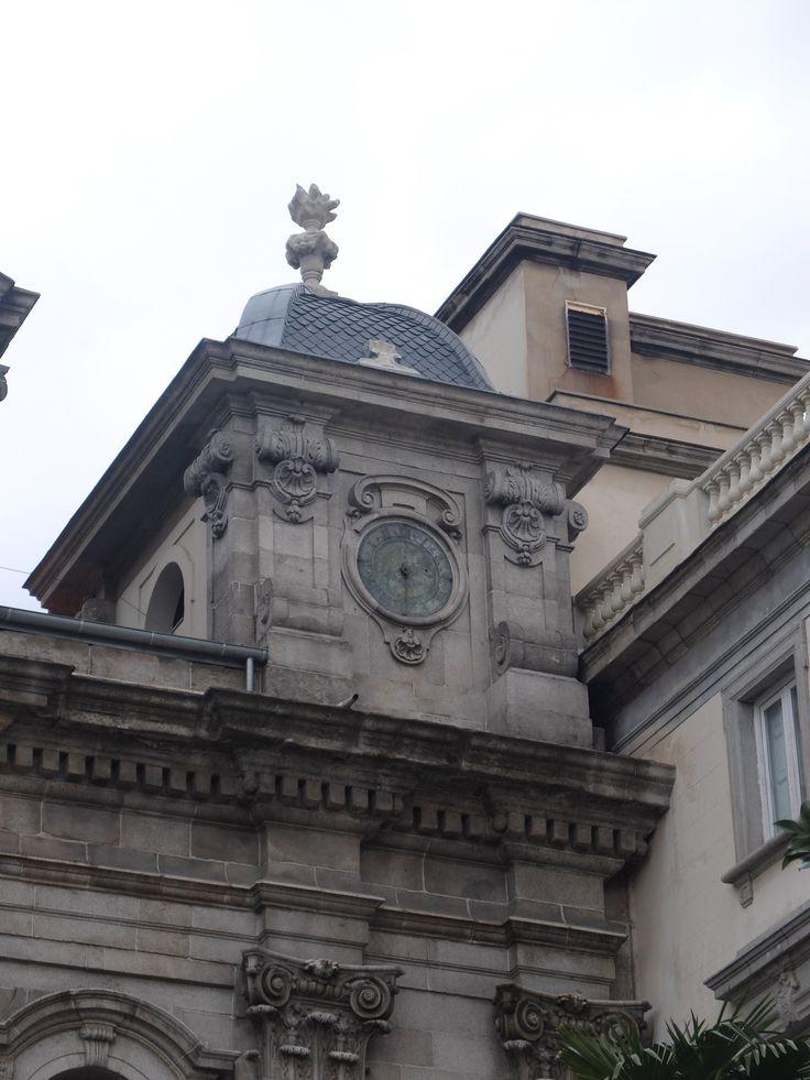 Fachada .Torre de la derecha, con barometro