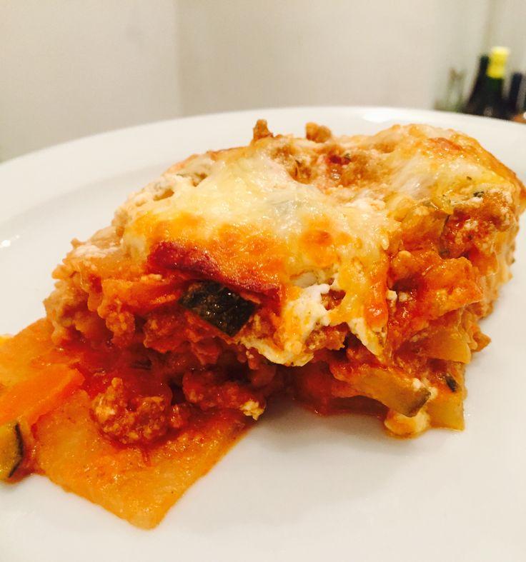 Lasagne muss nicht immer so schlecht sein, wie ihr Ruf ist. Heute gibt es eine leckere, gesunde Low Carb Lasagne mit Kohlrabi als Nudelersatz.