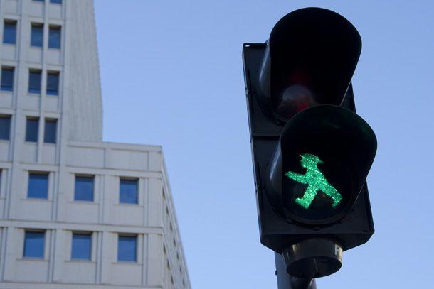 O Ampelmann é uma figura simbólicaque aparecia nos sinais de pedestres de Berlim Oriental. Ele iria desaparecer com a reunificação das Alemanhas, mas seu desenho simpático, com um chapéu pitoresco, conseguiu conquistar os berlinenses ocidentais. Hoje, Ampelmann, de verde ou de vermelho, continua a orientar os pedestres nos cruzamentos.