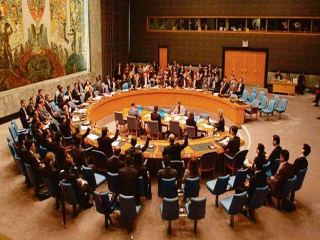 PBB meluluskan resolusi mendesak Israel menghentikan projek penempatan haram di wilayah Palestin.   NEW YORK - AMERIKA SYARIKAT. Majlis Keselamatan PBB (UNSC) kelmarin meluluskan resolusi mendesak Israel menghentikan projek penempatan haram di wilayah Palestin selepas Amerika Syarikat (AS) berpendirian berkecuali dalam proses itu.  Draf tersebut dikemukakan kepada badan di bawah PBB itu oleh New Zealand Malaysia Venezuela dan Senegal sehari selepas Mesir menarik diri kerana termakan…