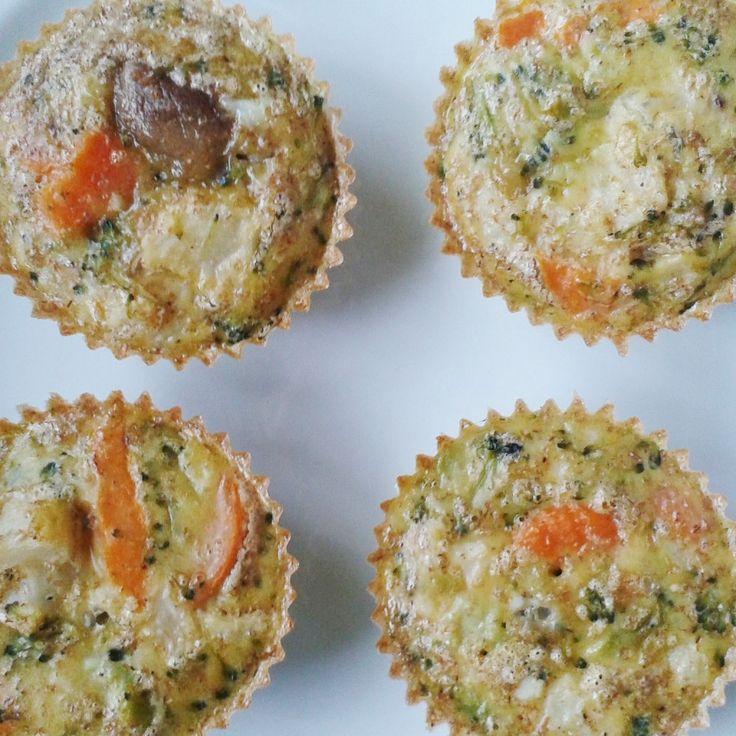 Esta é uma ótima ideia para comer legumes, sobretudo para quem torce o nariz a estes alimentos. Estes queques são muito saborosos e rápidos de fazer… E ficam mesmo bonitos (quem disse que a aparência não conta?). Já não há desculpas para evitar os legumes! Queques de Legumes (cerca de 8 unidades pequenas) – 4 …