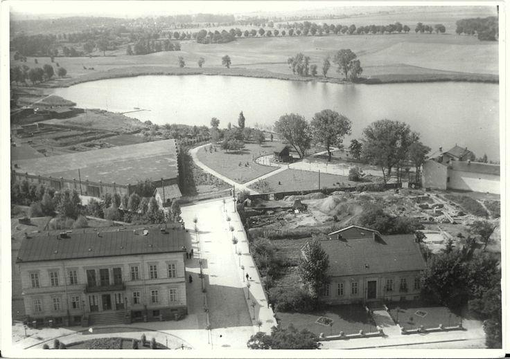 Kto z Was był kiedykolwiek na wieży katedry gnieźnieńskiej? Porównajcie dzisiejszą, roztaczającą się z niej panoramę z tą, którą widać na, pochodzącym z lat 30-tych XX wieku, zdjęciu. Poznajecie budynek po prawej stronie? Za nim widoczne są prowadzone wówczas (pod kierownictwem Józefa Kostrzewskiego) badania archeologiczne. Na fotografii widać także ulicę Łaskiego (przed wojną Poznańska) oraz Jeziorną.