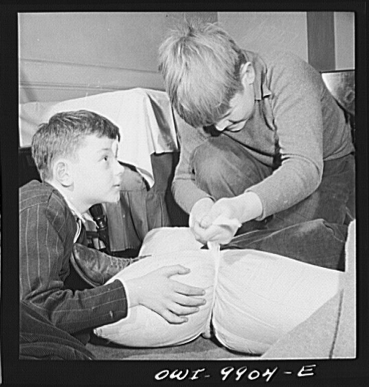 Progressive education 1942. The Lincoln School of Teachers' College, Columbia University, NY Learning how to take care of a broken leg in first aid class.