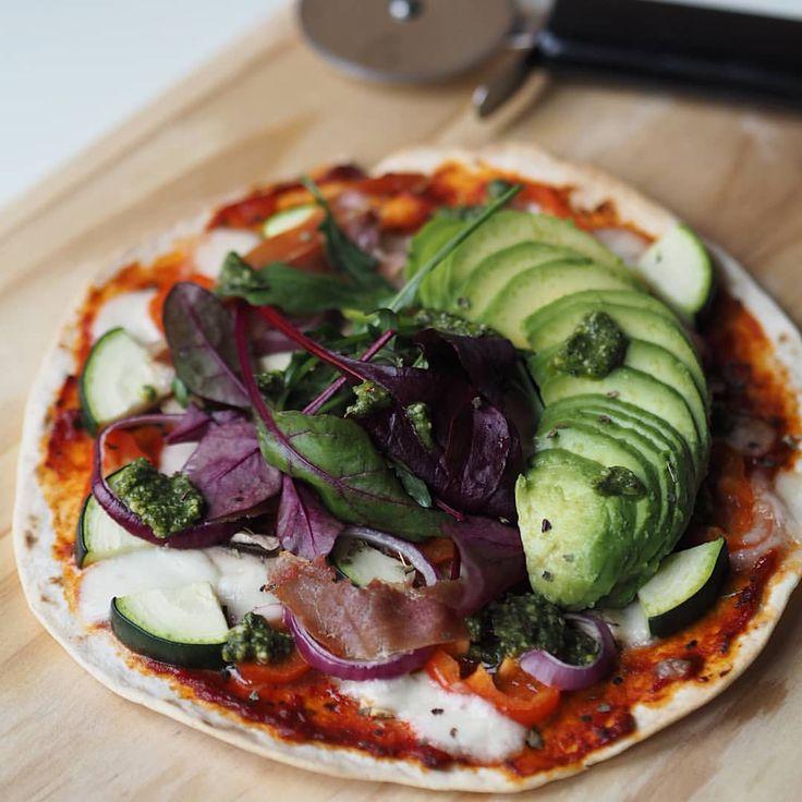 Tortilla pizza med tomat (puré blandet med hvidløg, olivenolie, oregano og peber), squash, snackpeber, rødløg, frisk mozzarella, serrano, champignon, pesto, blandet salat og avokado 😃 mums, det var godt! #tortillapizza #recept #sund #lækker #grøntsager #avocado #hverdag #pizza #opskrift #madglad #madblog