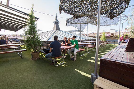 El Paracaidista C/ de la Palma, 10 (m: Bilbao, Alonso Martínez) Multiespacio: tienda deco y gourmet, cafetería, restaurante informal de pizzas y ensaladas y cineclub