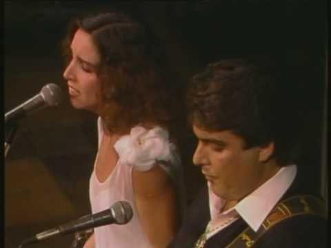 """'Romance sonámbulo', cantado por Ana Belén y Manzanita. En él describe Lorca a una gitana con estos versos: """"Sobre el rostro del aljibe se mecía la gitana. Verde carne, verde pelo, Con ojos de fría plata""""."""