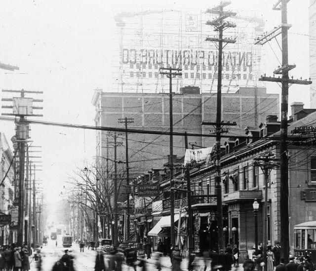 A L Intersection De La Rue Sainte Catherine Pointant Vers Le Nord De La Rue De Bleury Vers 1920 1925 Si La Plupart Des Montreal Montreal Quebec Quebec Canada