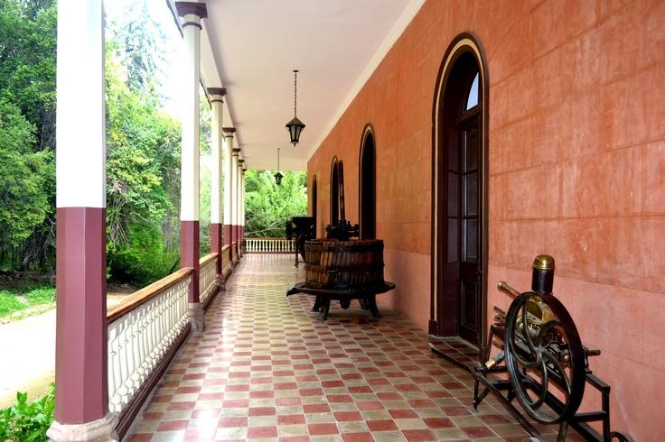 Pasillos laterales de la casona, posee un pequeño museo del vino en todo su alrededor