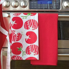 Red dish towels to handle the hot dishes to the table @DinnerbyDesign